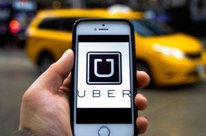 Como posso solicitar um táxi em São Petersburgo?